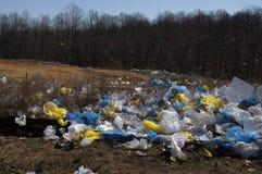 кладет пластичное загрязнение в мешки Стоковые Изображения RF