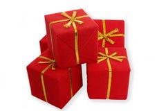 кладет подарки в коробку Стоковое Изображение RF