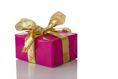 кладет подарки в коробку Стоковое Фото