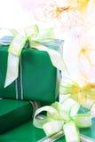 кладет подарки в коробку Стоковое Изображение