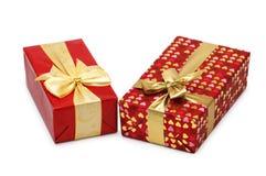 кладет подарок в коробку изолировал 2 Стоковые Изображения