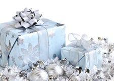 кладет подарок в коробку рождества Стоковые Изображения