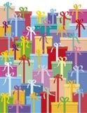 кладет подарок в коробку Стоковая Фотография
