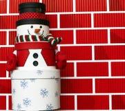 кладет снеговик в коробку сделанный подарком Стоковая Фотография RF