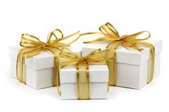 кладет тесемку в коробку подарка золотистую Стоковое фото RF