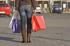 кладет ходить по магазинам в мешки ног Стоковое фото RF