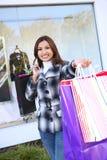 кладет цветастую милую женщину в мешки покупкы Стоковая Фотография RF