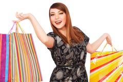 кладет яркую счастливую женщину в мешки покупкы Стоковая Фотография RF