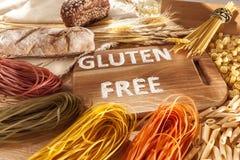 Клейковина освобождает еду Различные макаронные изделия, хлеб и закуски на деревянной предпосылке от взгляд сверху стоковые фото