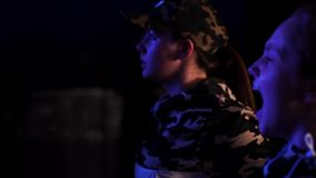 Клекоты маленькой девочки в темной зале залы, приветственных восклицаниях и проведении дозоров на этапе сток-видео