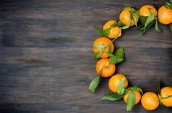 Клементин Tangerines с листьями на деревянном столе Стоковые Изображения RF