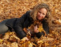 клен листьев девушки счастливый Стоковые Изображения