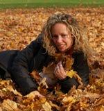 клен листьев девушки счастливый Стоковая Фотография