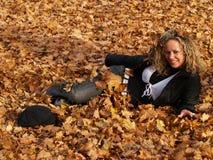 клен листьев девушки счастливый Стоковое Фото