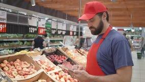 Клерк супермаркета проверяя качество концепции еды плодоовощей, свежести и верхнего качества акции видеоматериалы