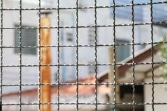 Клетка колючей проволоки гриба внутри задержания внутри стальная клетка, загородка решетки квадрата металла провода стены забоины Стоковые Изображения RF