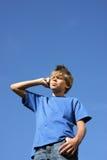 клетка мальчика красивая его звонить по телефону телефона Стоковые Изображения RF