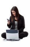 клетка проверяя ее телефон удивила детенышей женщины Стоковые Изображения