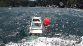 Клетка удя коробки на корабле в предпосылке океана волн в Новой Зеландии видеоматериал