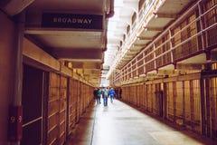 Клетки Алькатраса, в прошлом военной тюрьмы и сегодня исторического места которое ежедневно хозяйничает посещения туристов стоковое фото