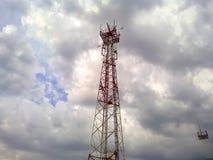 клетчатая башня зима башни радиосвязи ночи moscow dmitrov города зоны Башня связи против неба с облаками Стоковая Фотография RF