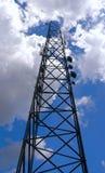 клетчатые облака достигая башню Стоковое Фото