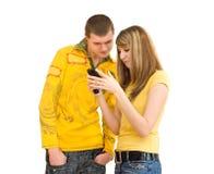 клетчатый телефон ванты девушки Стоковые Фотографии RF