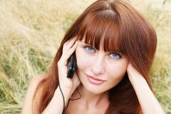 клетчатый телефон девушки Стоковое Фото