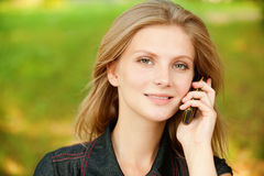 клетчатый телефон девушки Стоковая Фотография RF