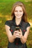 клетчатый телефон девушки Стоковые Фотографии RF