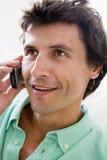 клетчатый телефон человека ся использующ Стоковая Фотография