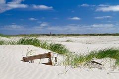 Клеть помытая на берег, лежащ на дюне Стоковые Фото