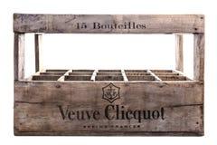 Клеть шампанского бутылки Veuve Clicquot 15 деревянная на белой предпосылке Стоковое фото RF