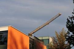 Кливер решетки крана конструкции над зданиями стоковые изображения rf