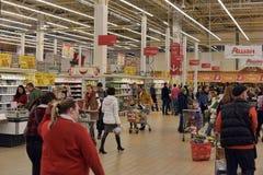 Клиенты в отделе бакалеи большого супермаркета Стоковое Изображение RF