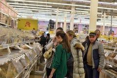 Клиенты в отделе бакалеи большого супермаркета Стоковая Фотография RF