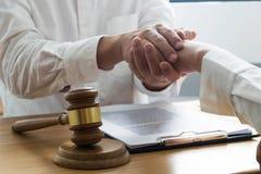 Клиенты касания и уважения юриста для того чтобы доверить партнерству Концепция обещания доверия стоковая фотография
