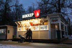 Клиенты около киоска фаст-фуда в зиме паркуют moscow Россия стоковое изображение rf