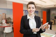 Клиенты приветствию агента недвижимости стоковое фото rf
