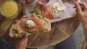 Клиент на кафе наслаждается здравицей с авокадоом видеоматериал