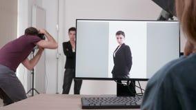 Клиент на наборе смотря работу фотографа акции видеоматериалы