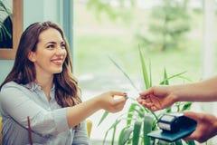 Клиент оплачивая для их заказа с кредитной карточкой в ресторане стоковая фотография rf