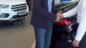Клиент получает ключ автомобиля на дилерских полномочиях стоковая фотография rf