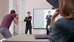 Клиент разговаривая с фотографом сток-видео