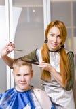 клиент режет женщину парикмахера Стоковые Изображения