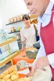 Клиент сервировки работника хлебопекарни Стоковое Изображение RF