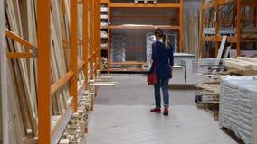 Клиент стоит перед полкой в магазине акции видеоматериалы