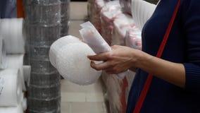 Клиент стоит перед полкой в магазине сток-видео