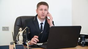 Клиент юриста портрета советуя с мобильным телефоном на таблице работы в юридическом офисе сток-видео