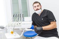 клиника зубоврачебная Прием, рассмотрение пациента Забота зубов Портрет дантиста в зубоврачебном офисе стоковые фото